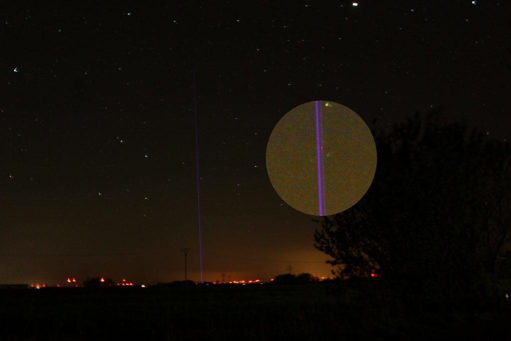Ein Laserstrahl, der eine Nachricht an das Universum versendet